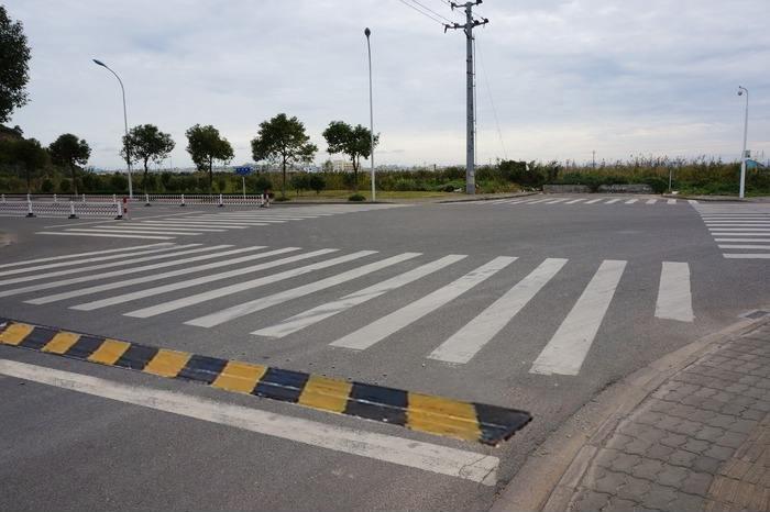 城市车道十字路口智能减速带